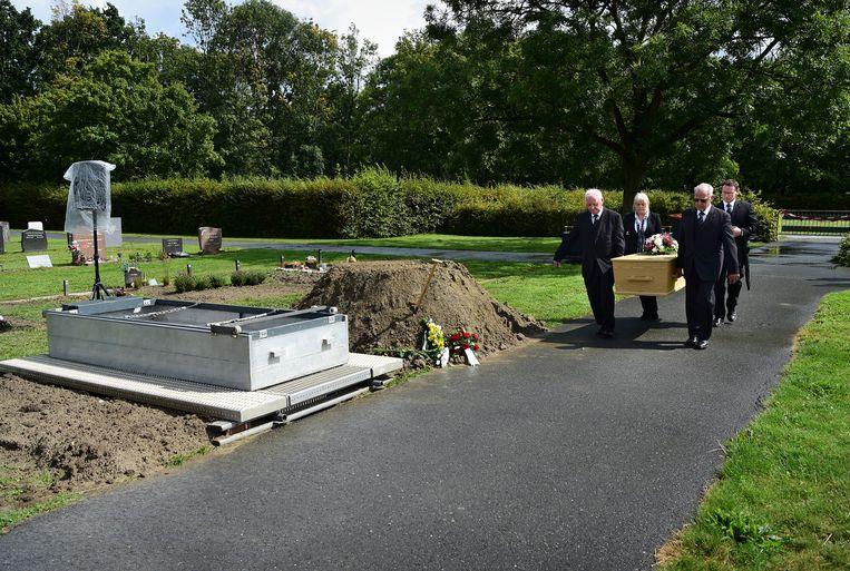 Een onbekende dode (vermoorde) vrouw wordt begraven op de Zuiderbegraafplaats. Beeld Marcel van den Bergh
