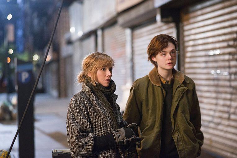Elle Fanning in 'Three Generations' met links Naomi Watts (2015). Beeld