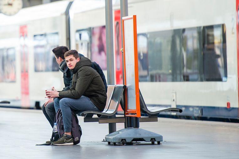 Jongens wachten op de trein in Antwerpen. Het spoorbedrijf NMBS plant de invoering van een unieke online klantenaccount voor elke treinreiziger, waarmee je  via de ticketautomaat, tablet of smartphone krediet kan opladen. Beeld Photonews
