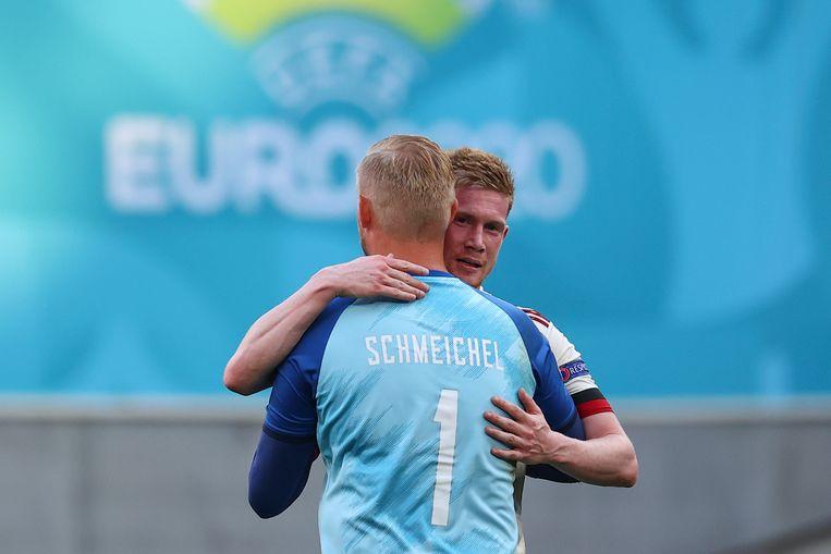 De Deense keeper Kasper Schmeichel krijgt een knuffel van Kevin De Bruyne. Beeld AP