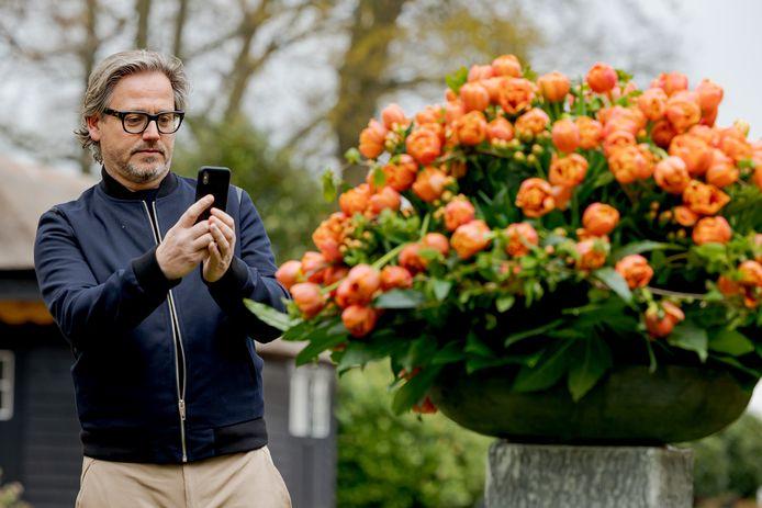 Guus Meeuwis doopt eigen tulp in Keukenhof.