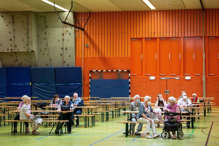 Geëvacueerde ouderen worden in een sportzaal in Hannover opgevangen. Beeld Swen Pförtner/dpa
