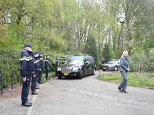Politie in Almelo neemt plechtig afscheid van overleden Dick Roelofs