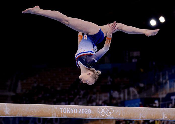 Sanne Wevers in actie op balk tijdens de kwalificaties tijdens het turnen op de Olympische Spelen.