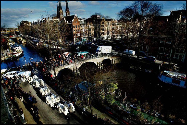 Beeld uit 2003: de begrafenisstoet met het stoffelijk overschot van topcrimineel Cor van Hout rijdt over de Willemstraat in Amsterdam.  Beeld Hollandse Hoogte /  ANP