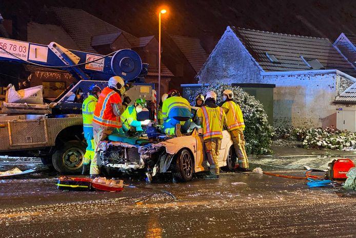 Brandweer en ambulanciers stelden alles in het werk om de man te bevrijden uit zijn wagen na de aanrijding op de Oudenaardsesteenweg in Bambrugge.
