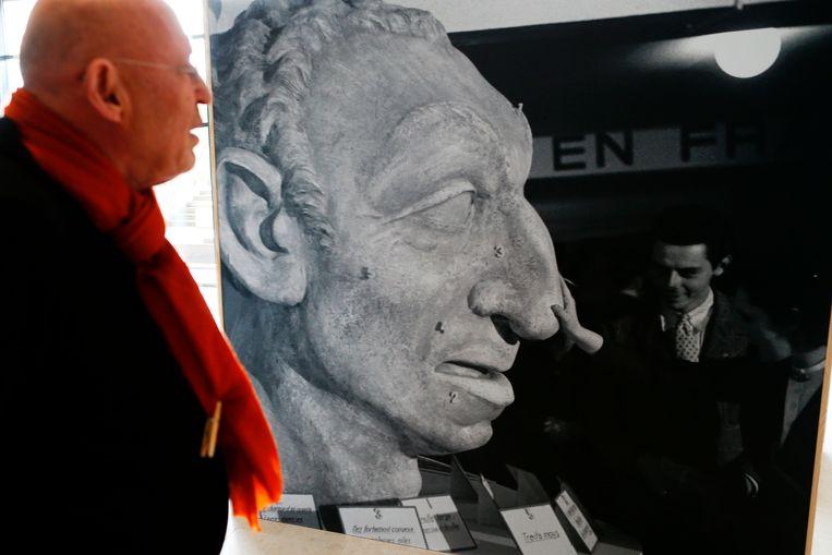 Arthur Langerman met een van de stukken uit zijn verzameling. Beeld AFP