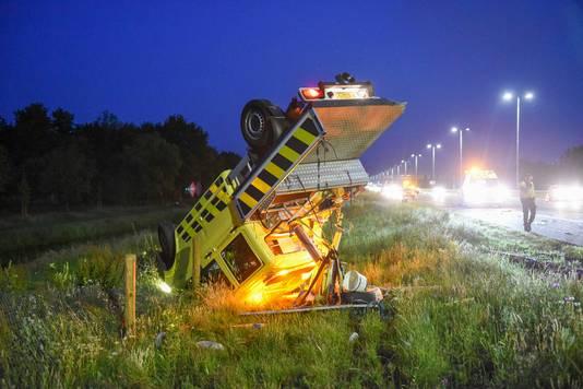 Tijdens de afhandeling van een eerder ongeluk ramt een vrachtwagen tegen de auto van een weginspecteur.