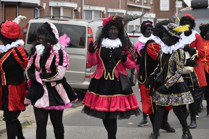 Illegale intocht Sinterklaas in Tuinzigt, met zwart geschminkte Pieten.