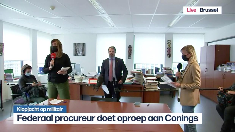 Links een reporter van VTM-nieuws, rechts eentje van het VRT-journaal. En in het midden federaal procureur Frédéric Van Leeuw. In een oproep die live op beide zenders werd uitgezonden, richtte hij zich rechtstreeks tot Jürgen Conings. Beeld VRT