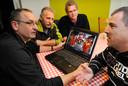 De zondag overleden Henk Merx (tweede van rechts) tijdens een vergadering over de halfvastenoptocht in Zeeland.