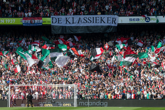 Supporters tijdens 'De Klassieker' tussen Feyenoord en Ajax.