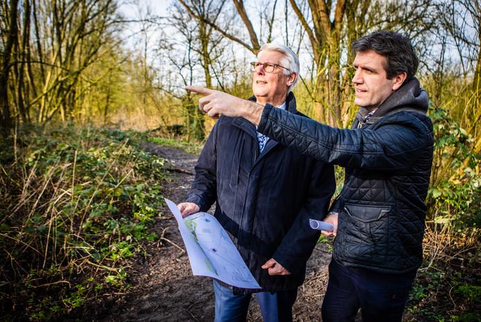 Wethouder Piet van Leenen met Ronald Kloet op de locatie waar vier nieuwe windmolens moeten komen.