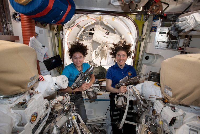 NASA-astronauten Jessica Meir (links) en Christina Koch (rechts) in het ISS. De astronauten verkeren in het ruimtestation voortdurend in een gewichtloze toestand.