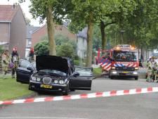 Bijtende vloeistof over auto in Ens, politie en brandweer doen onderzoek