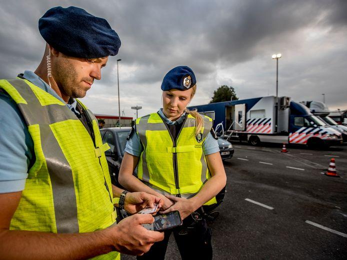 De Marechaussee tijdens een controle langs de snelwegen in de grensstreek. Vanaf zondag vragen ze terugkerende vakantiegangers naar de CoronaCheck-app.