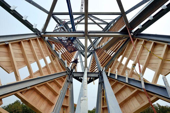 halsteren - 20171710 - fort de roovere.pompejus toren wordt voorzien van houten panelen in de metalen construcite