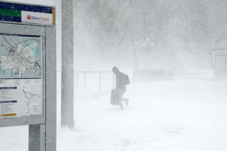 Een reiziger loopt naar de metro in het centrum van Minneapolis.