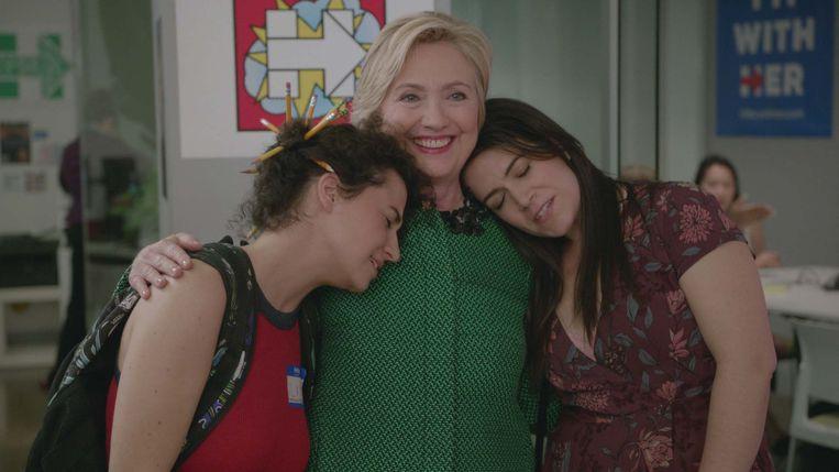 Ilana Glazer, Hillary Clinton en Abbi Jacobson in de komedieserie 'Broad City'. Beeld Comedy Central