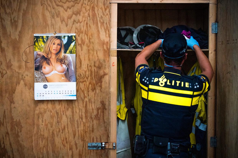 Een agent onderzoekt een locker bij een bedrijf in de haven. De haven van Vlissingen wordt sinds drie jaar overspoeld met cocaïne. Met hulp van binnenuit, lijkt het. Beeld Freek van den Bergh / de Volkskrant