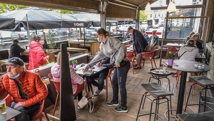 Rond  9.30 uur was het al gezellig druk op het terras van café Les Halles in Ieper.