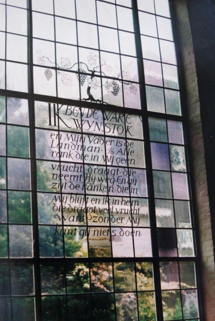 Glas-in-lood-raam van de Remonstrantsekerk in Eindhoven; dat moet hoognodig gerestaureerd worden.