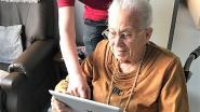 """Bezoekverbod in rusthuizen? Kortrijk leert bewoners skypen met familie: """"Het verzacht het gemis"""""""