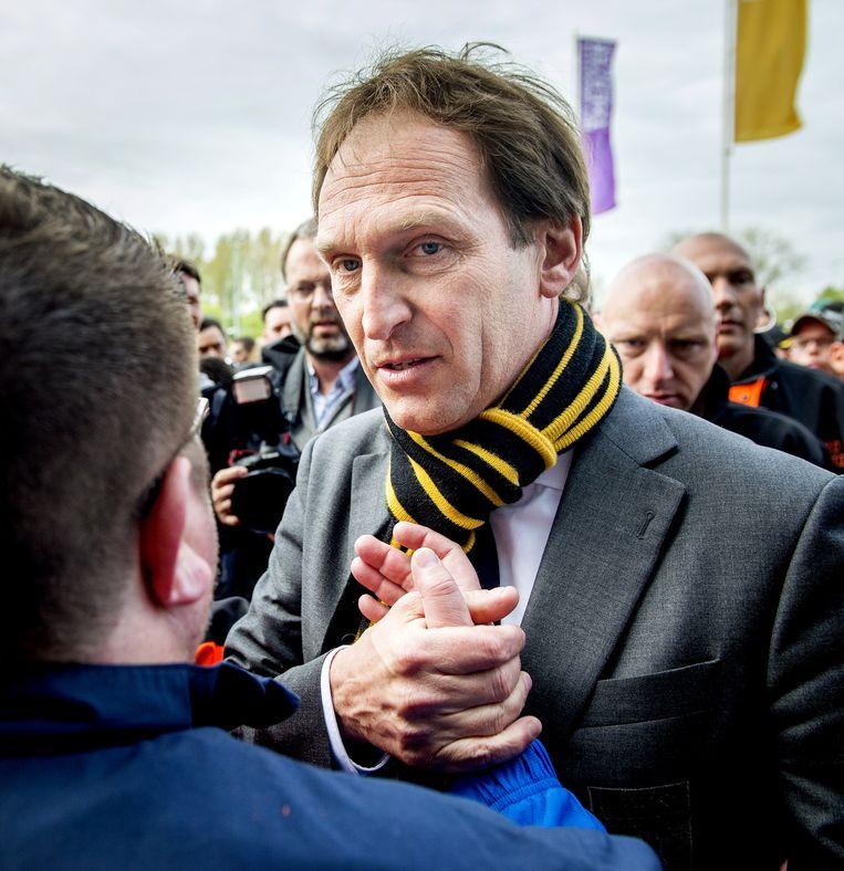 Algemeen directeur Joost de Wit (R) van Vitesse staat de supporters van de Arnhemse club te woord bij het stadion Gelredome in Arnhem. Beeld Koen van Weel / ANP