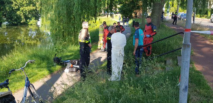 Een fietser is bij de singel in Deventer om onbekende reden in het water beland, waarna hij werd gered door een vrouw en met spoed naar het ziekenhuis is gebracht.