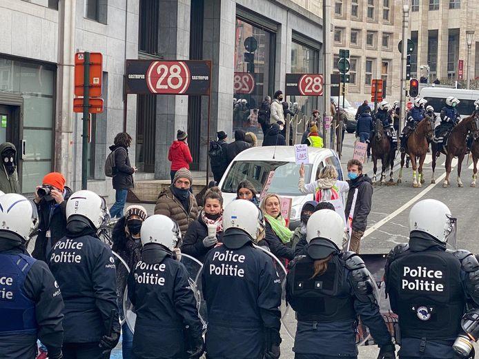 De politie probeert de manifestanten te isoleren.