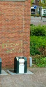Het gemeentehuis in Bodegraven werd dit weekeinde beklad met de tekst 'Dissel moord'.