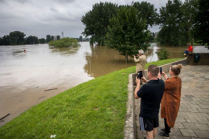 Het water in de Maas staat hoog en stroomt langs het ziekenhuis in Venlo.