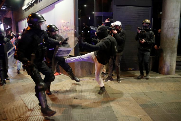 De Spaanse oproerpolitie komt in aanvaring met relschoppers in Barcelona. Beeld EPA
