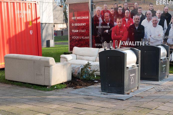 Op tal van plaatsen in Amersfoort wordt illegaal afval neergezet naast de ondergrondse afvalcontainers.