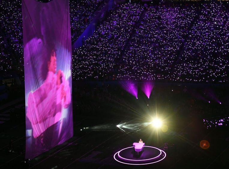 Justin Timberlake (rechts aan de piano) eerde Prince door zijn lied 'I Would Die 4 You' te zingen.