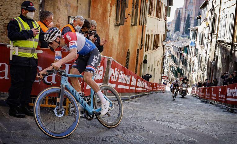 Mathieu van der Poel rijdt iedereen in de vernieling op de witte wegen van Toscane - Volkskrant