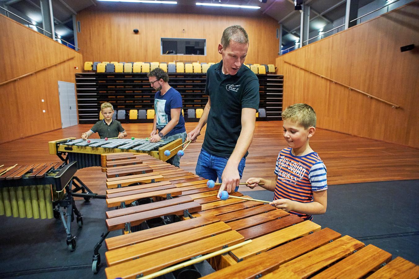 Op de archieffoto krijgen leerlingen Tim (rechts) en Thomas van de fanfare Sint Lambertus  les van docenten Paul van Lokven (voor) en Rob van Dooren.