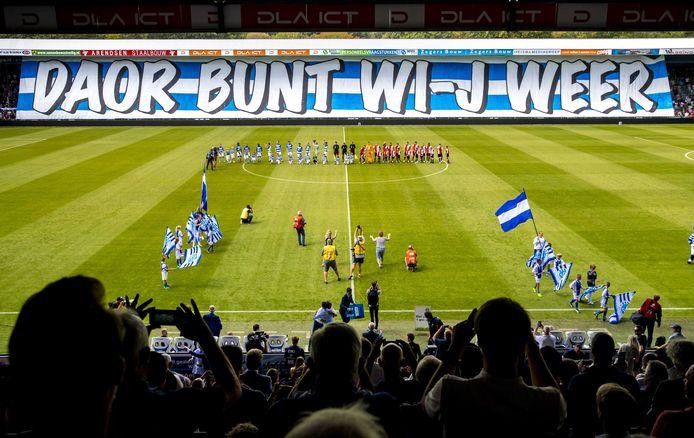 De Graafschap-fans vieren de terugkeer in de eredvisie met een enorm spandoek in augustus 2018. Archieffoto ter illustratie.