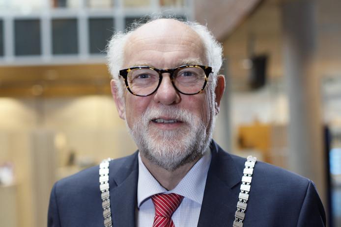 Burgemeester Karel van Soest van Boxmeer. Hij gaf Maikel van Bakel zondag de Speld van Verdienste.