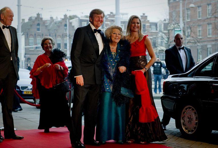 2013-04-10 AMSTERDAM - Prins Willem-Alexander, koningin Beatrix en prinses Maxima voor aanvang van het 125-jarig jubileum van het Concertgebouw en Koninklijk Concertgebouworkest. ANP ROYAL IMAGES ROBIN VAN LONKHUIJSEN Beeld ANP