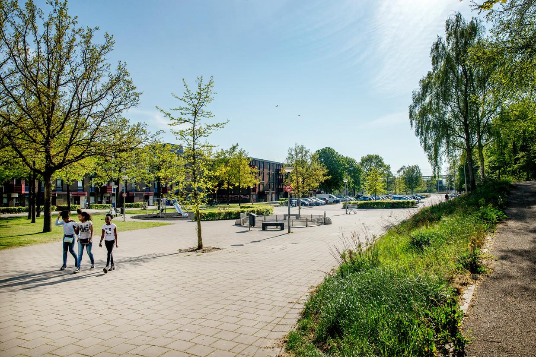 De gemeente heeft ook veel lovende woorden voor de gunstige ligging van Holendrecht, de ruime opzet en het vele groen.