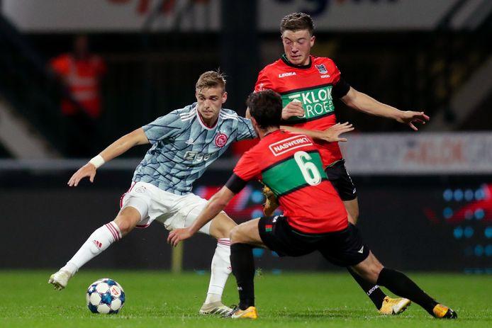 Kenneth Taylor van Jong Ajax in duel metJordy Bruijn van NEC.