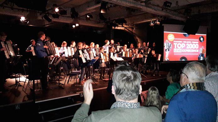 Een staande ovatie voor de drie accordeonorkesten aan het eind van de Top 200 Live Experience op de Noordkade in Veghel.