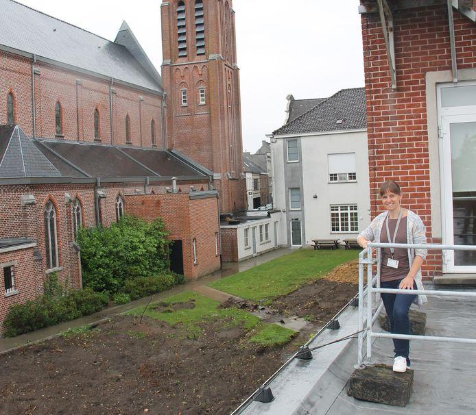 Facilitair directeur Sarah Degryse bij de plaats waar de nieuwe afdeling van de Sint-Jozefskliniek in Izegem komt.