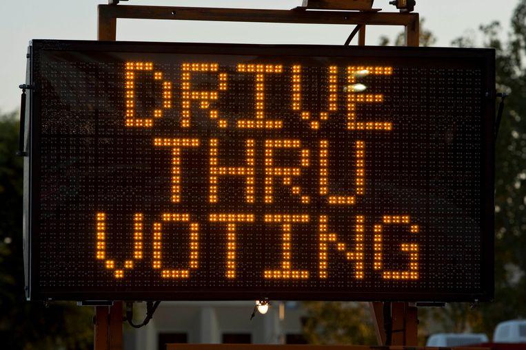 In Orange County, Californië, kun je stemmen via een drive-thru.  Beeld AP