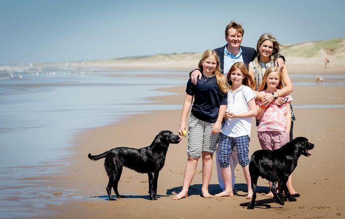 Het koninklijk gezin met labradors Skipper en Nala in 2015.
