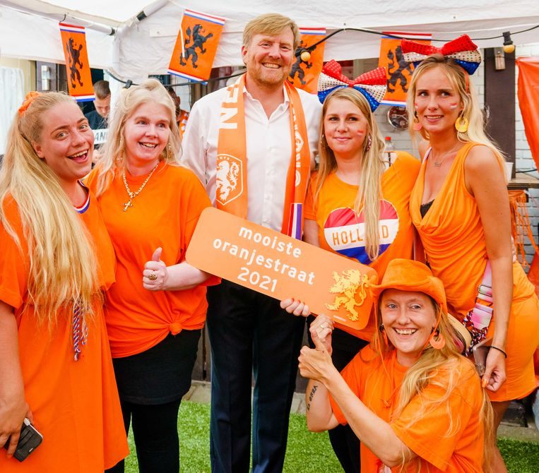 Koning Willem-Alexander bezocht donderdag de Marktweg in Den Haag. Het was net even té gezellig in de 'mooiste Oranjestraat van Nederland'.  Beeld ANP