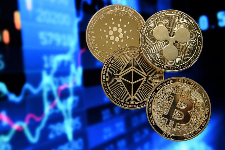 Geld steken in cryptomunten als de bitcoin (onder), ethereum (midden-links), ripple (rechtsboven) en de cardano brengt risico's met zich mee. De Europese Centrale Bank overweegt met een eigen digitale munt te komen, de digitale euro, die veiliger zou zijn. Beeld EPA