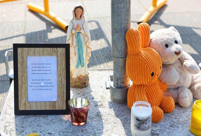 Mensen kunnen bloemen neerleggen in Den Bosch voor het slachtoffer van de dodelijke steekpartij.
