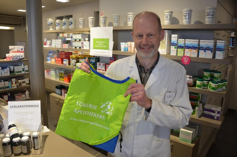 Piet Beauprez toont één van de 12.000 herbruikbare tassen die de Lokerse apothekers deze maand uitdelen.